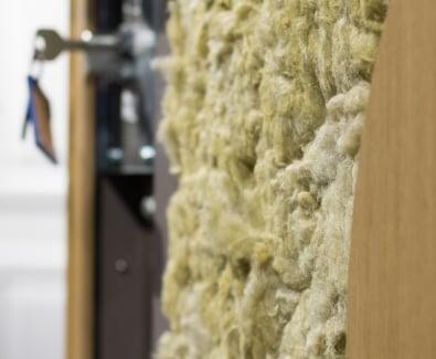 пълнежът от минерална вата в крилото на блиндирана врата