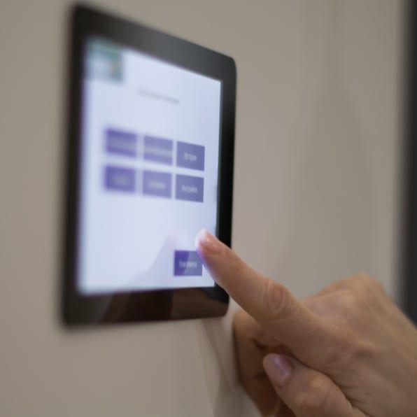 управление на функциите на блиндирани врати Солид 55 с вграден интерактивен дисплей