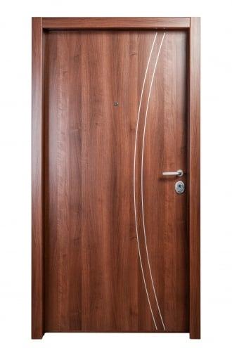 Блиндирана врата с основно скрито и допълнително механично заключване iDoor 3.0 в кафяво с метални лайсни и декоративна каса