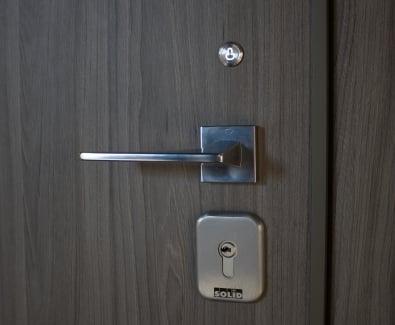 бутон за отключване на електомеханична брава от вътрешната страна на вратата