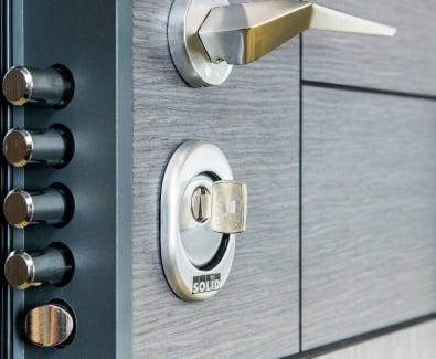 автоматично заключване на електромеханичната брава след затваряне на вратата